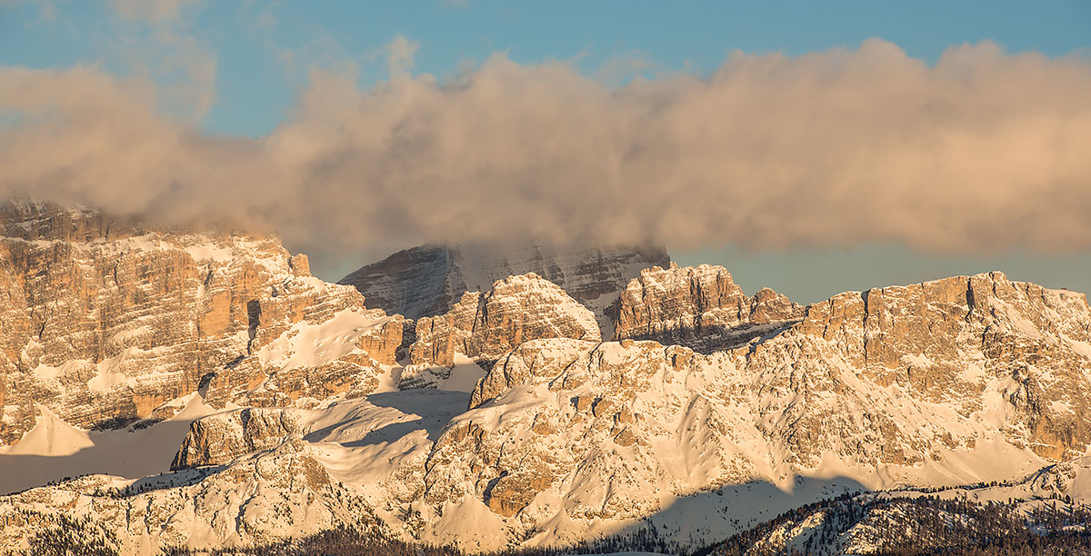 Dolomiti dell'Alta Badia colorate di arancione dal sole