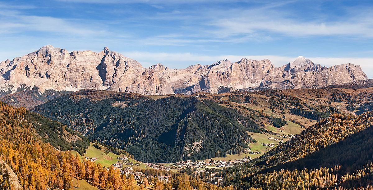 Panoramic photo depicting valleys, forests and mountains in South Tyrol