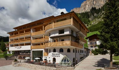 At Colfosco over Corvara is situated the Hotel Mezdì.